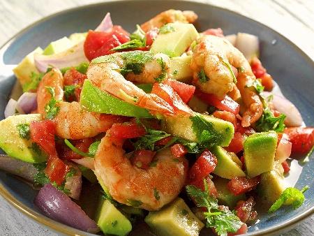 Салата със скариди, авокадо, червен лук и чери домати - снимка на рецептата